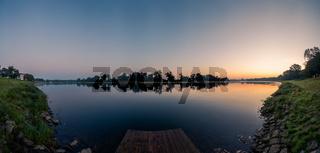 Kleiner Anleger an der Elbe nahe der Paddelgemeinschaft Junkers in Dessau-Roßlau am frühen Morgen im Herbst