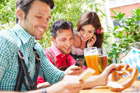 Freunde surfen im Internet mit Smartphone