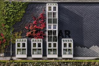 Die Fenster an der Schieferwand