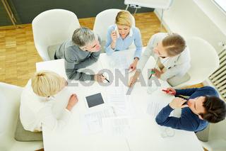Team bespricht Strategie in einem Meeting