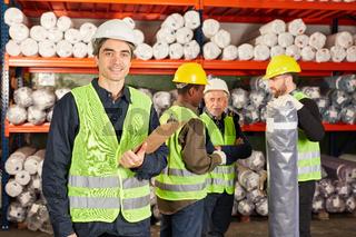 Lagerarbeiter Team im Teppichlager einer Fabrik