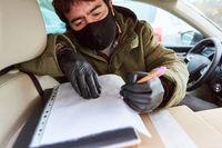 Subunternehmer von Lieferdienst als Paketbote im Auto