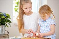 Zwei Mädchen schälen Eier zu Ostern
