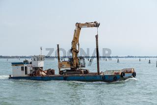 Frachtschiff mit einem Kettenbagger am Meer unterwegs