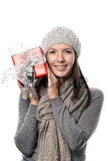 Hübsche Frau hält ein Weihnachtsgeschenk