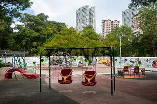 Singapur, Republik Singapur, Abgeriegelte Schaukeln auf Spielplatz waehrend Covid-19 Ausgangsbeschraenkung