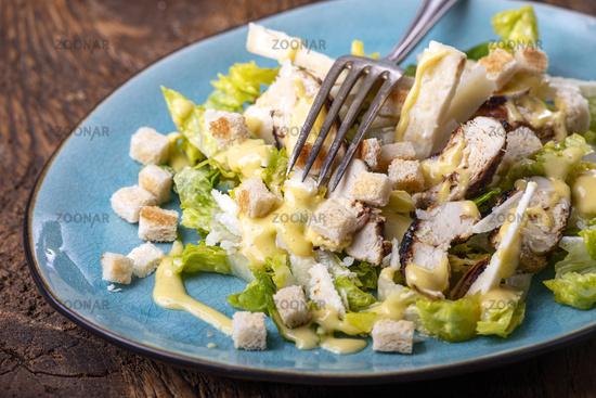 Caesar Salat auf einem blauen Teller