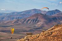 Auf der Kanareninsel Lanzarote finden Paraglider ideale Wetterbedingungen für ihren Sport