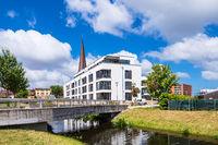 Moderne Gebäude und Petrikirche in der Hansestadt Rostock
