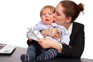 Mutter und Kind bei der Arbeit Serienbild 6