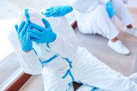 Überlasteter Arzt in Klinik bei Covid-19 Coronavirus Krise
