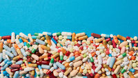 Textfreiraum und Rahmen mit bunten Medikamenten
