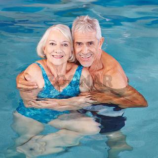 Paar Senioren schwimmt im Pool