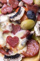 herzförmige Salami auf einer Pizza