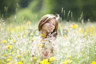 Verliebtes Maedchen in einer Blumenwiese