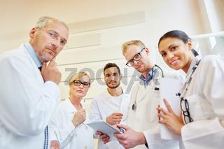 Ärzte und Krankenschwester in Klinik
