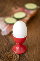 gekochtes Ei und Brot mit Schinken