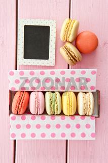 Bunte Macarons in Schachtel