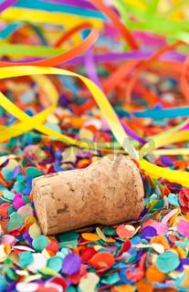 Champagner Korken auf Konfetti