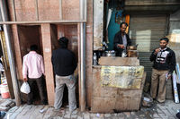 Delhi, Indien, Public toilet and tea shop in the old city of Old Delhi