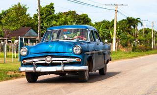 Amerikanischer blauer Oldtimer in Kuba