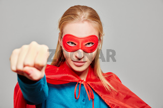 Frau zu Karneval als Superheld