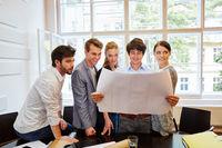 Geschäftsleute Team schaut auf Plan