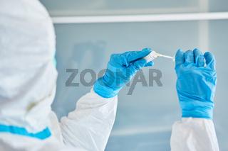 Mediziner hält Rachen Abstrich für Speichelprobe bei Coronavirus Test