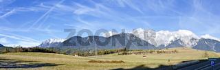 Panorama des schneefreien Mieminger Plateaus mit dem Mieminger Gebirge im Hintergrund im Winter