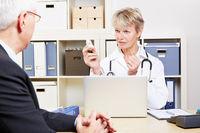 Senior bei Behandlung beim Arzt