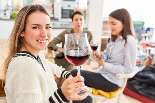 Freundinnen in WG Küche zusammen trinken Glas Wein
