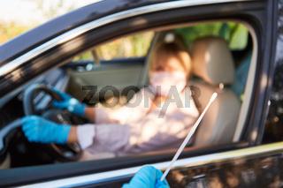 Rachen Abstrich bei Schnelltest Drive-In für Autofahrer während Coronavirus-Pandemie
