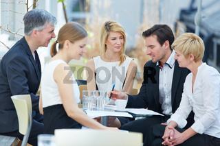 Business Team sitzt draußen im Meeting