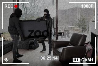 Überwachungskamera nimmt Einbrecher beim Klau eines großen Fernseher auf