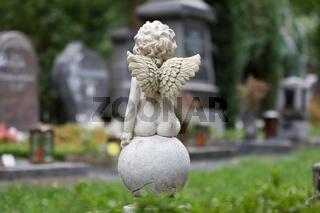 kleiner Engel sitzt auf einem Ball