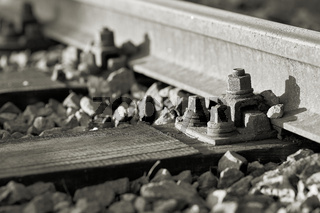 Eisenbahnschienen in einem Industriegebiet