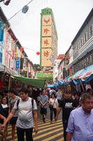Singapur, Republik Singapur, Menschen auf einem Basar in Chinatown