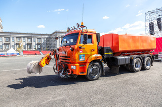 Street sweeper vehicle with brushes and water tank