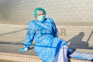 Mitarbeiter vor Klinik mit Liste für Kontaktverfolgung macht Pause