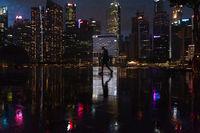 Singapur, Republik Singapur, Stadtansicht mit Wolkenkratzern des Geschaeftsviertels in Marina Bay waehrend Covid-19