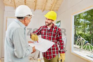 Bauarbeiter und Architekt auf Baustelle