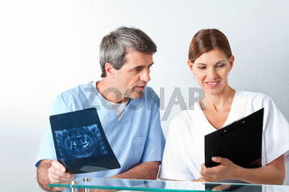 Zahnarzt analysiert Röntgenbild