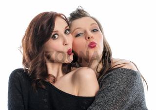 zwei freundinnen formen einen mund zum küssen