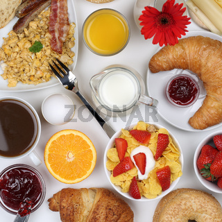 Essen mit Müsli, Kaffee, Rührei, Früchten und Milch von oben