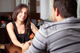 Glückliches Paar redet im Restaurant
