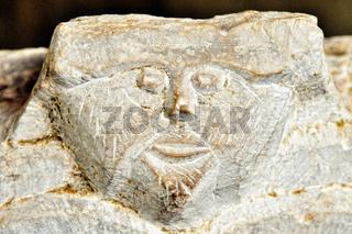 Gesicht im Marmor verewigt