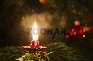 Kerze an Weihnachtsbaum