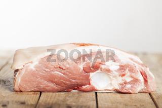 Rohes Schweinefleisch auf Holz