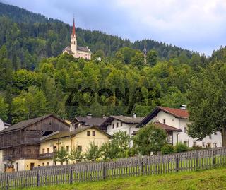 Dorf mit Bergkirche