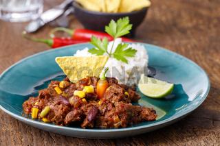 leckeres Chili con Carne auf Holz